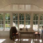 Interiörbild med vackra spröjsade fönster