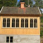 Uterum med träpanel och vackra spröjsade fönster