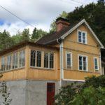 Exteriörbild på hus med uterum och vackra spröjsade fönster