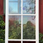 Vackert fönster med spröjs och färgade glaspartier