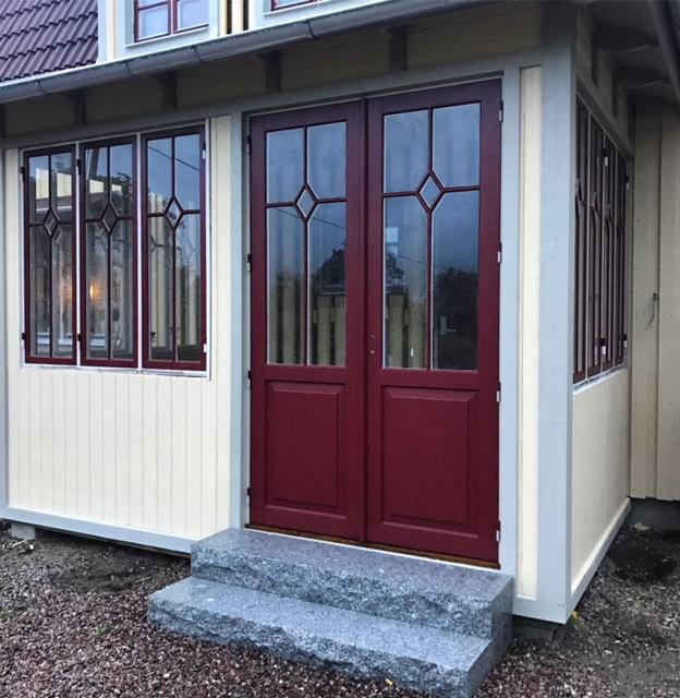 Inglasad veranda med spröjsade fönster